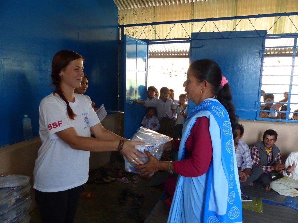 Alba Chenard remettant une trousse de secours, Thokarpa, Népal Août 2015