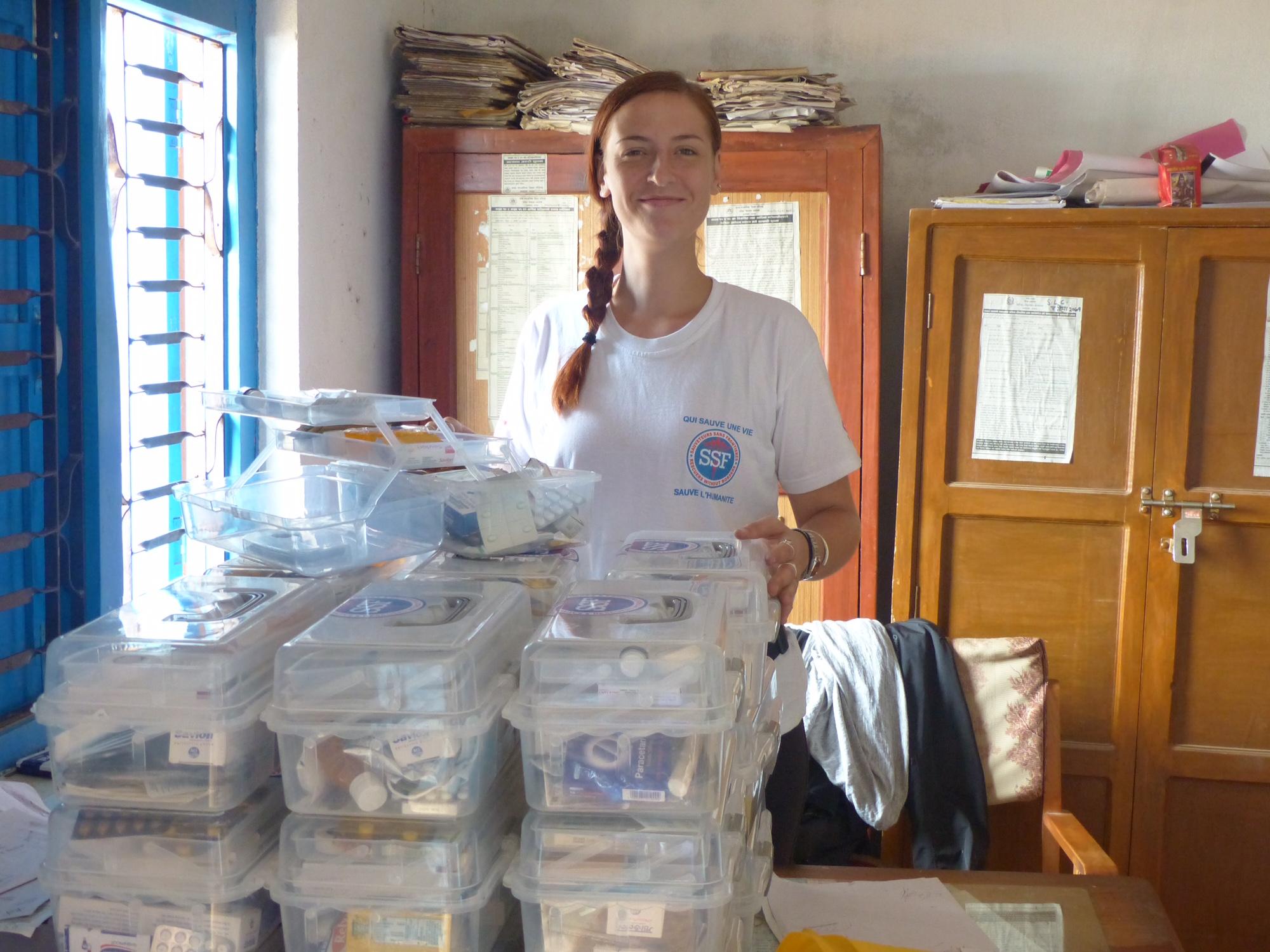 Alba Chenard et ses trousses de secours, Thokarpa, Népal, Aoùut 2015