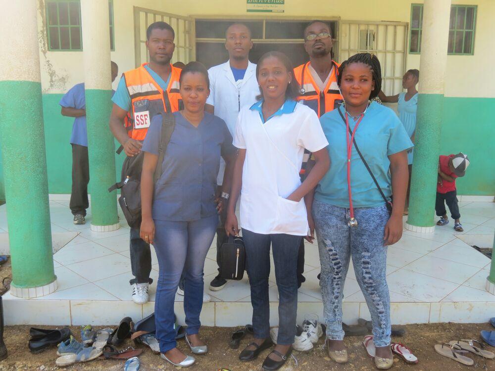 En haut de gauche à droite :  Dr Androny Joseph, Carl Dossous et Dr Thelus. <br />En bas: infirmières Byrkine Pierre, Sandra Fort et Saraphina Thelus, Haïti, 30 Juillet 2015