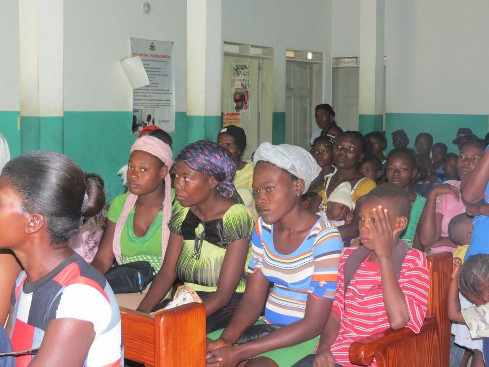 Salle d'attente du dispensaire Coupe Mardi Gras, Haïti, 30 juillet 2015