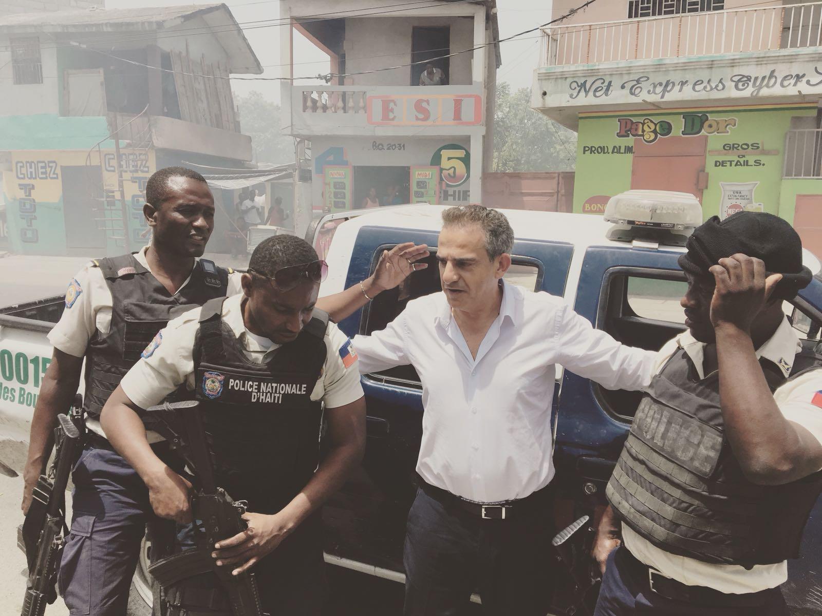 Fernand et son escorte policière passe un barrage près de Port au Prince, le 08 Juillet 2018